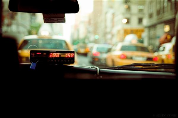 女乘客要求逆行路口多车被追罚:缺口已被封死