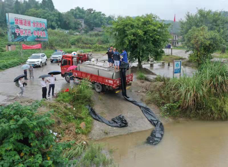 南充顺庆:增殖放流 近200万尾鱼苗放入嘉陵江
