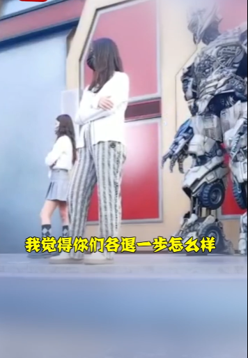 北京环球影城两女孩因插队起争执 威震天劝架无果只好退场