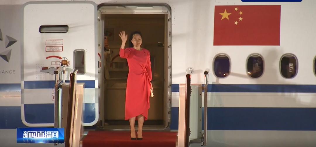 """孟晚舟平安到家!""""如果信念有颜色,那一定是中国红!""""机场塔台温暖喊话,深圳第一高楼亮灯欢迎,将隔离""""14+7""""天!"""