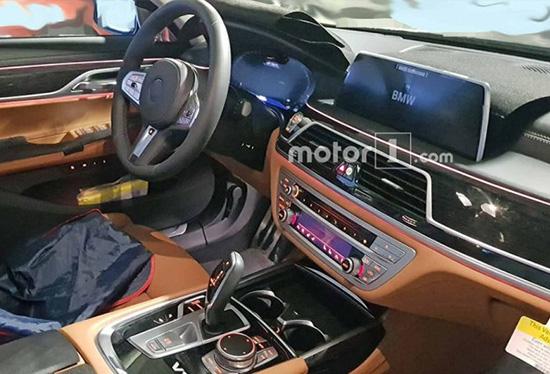 新款宝马7系采用了全新设计的进气格栅,尺寸更大,同时装饰条也更为粗壮,极具品牌辨识度。虽然大尺寸的进气格栅已经在全新宝马X5上见到过,但这样的设计放在一台轿车上,确实还是需要一定的时间来适应。